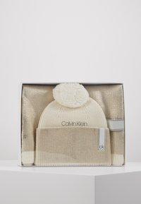 Calvin Klein - LAMINA GIFTBOX  SCARF BEANIE SET - Écharpe - white - 0