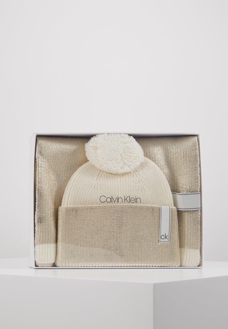 Calvin Klein - LAMINA GIFTBOX  SCARF BEANIE SET - Écharpe - white