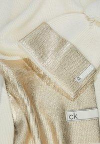 Calvin Klein - LAMINA GIFTBOX  SCARF BEANIE SET - Écharpe - white - 2