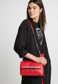 Calvin Klein Jeans - SCULPTED MONOGRAM FLAP - Handtasche - red - 1