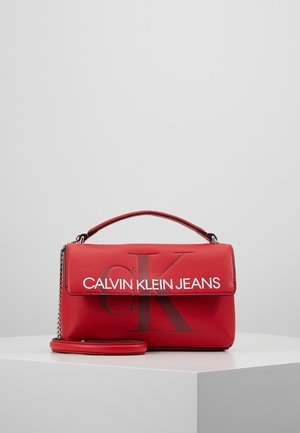 SCULPTED MONOGRAM FLAP - Handtas - red