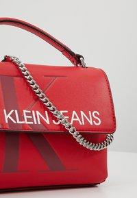 Calvin Klein Jeans - SCULPTED MONOGRAM FLAP - Handtasche - red - 6