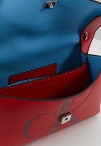 Calvin Klein Jeans - SCULPTED MONOGRAM FLAP - Handtasche - red - 4