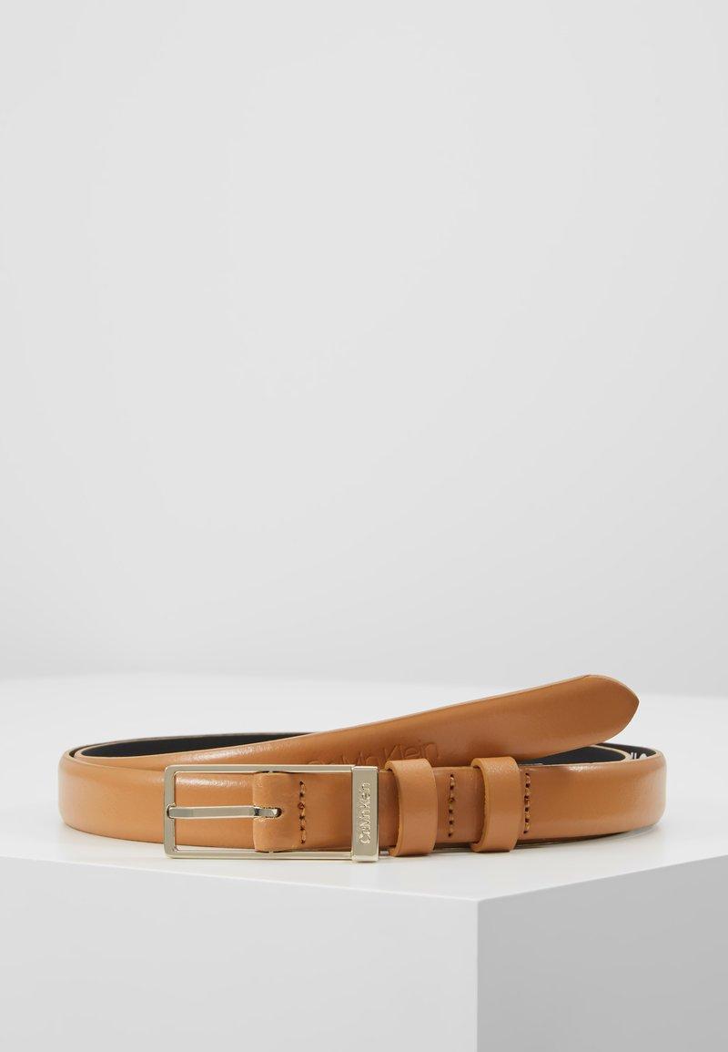 Calvin Klein - WINGED BELT - Riem - brown