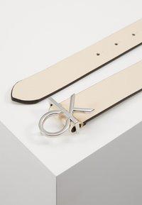 Calvin Klein - RE LOCK LOW  FIXED - Pásek - off-white - 3