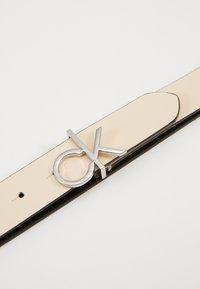 Calvin Klein - RE LOCK LOW  FIXED - Pásek - off-white - 2