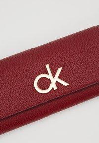 Calvin Klein - RE LOCK TRIFOLD - Portfel - red - 2