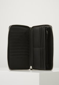 Calvin Klein - NEAT ZIPAROUND WALLET XL - Portafoglio - black - 4