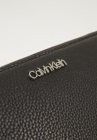 Calvin Klein - NEAT ZIPAROUND WALLET XL - Lommebok - black - 2