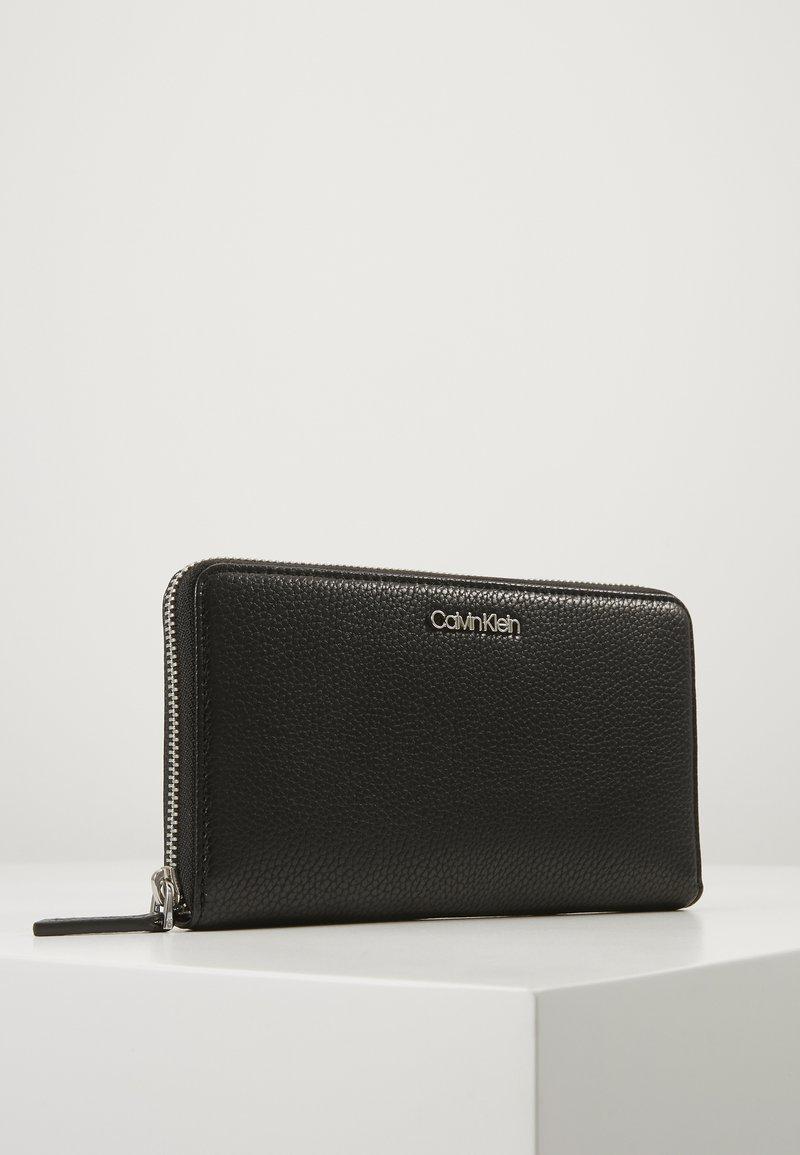 Calvin Klein - NEAT ZIPAROUND WALLET XL - Lommebok - black
