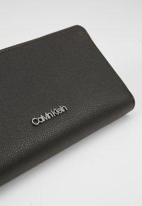 Calvin Klein - CK MUST ZIPAROUND WALLET LG - Wallet - black - 2