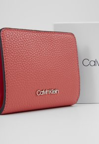 Calvin Klein - SIDED ZIPAROUND FLAP - Peněženka - red - 2