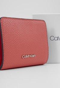 Calvin Klein - SIDED ZIPAROUND FLAP - Portemonnee - red - 2