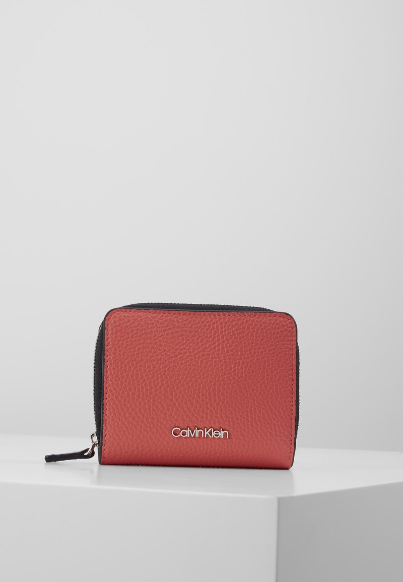 Calvin Klein - SIDED ZIPAROUND FLAP - Peněženka - red
