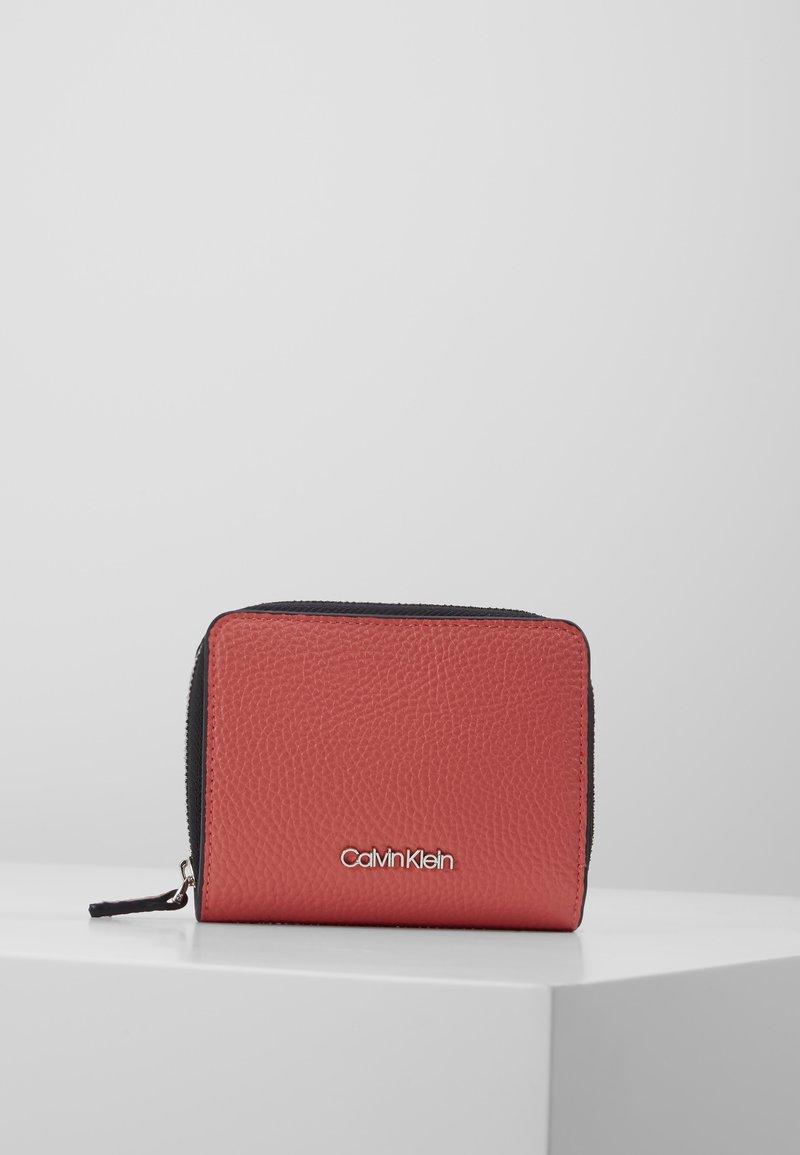 Calvin Klein - SIDED ZIPAROUND FLAP - Portemonnee - red