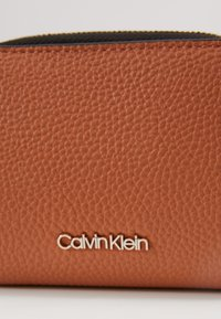 Calvin Klein - SIDED ZIPAROUND FLAP - Portemonnee - brown - 2