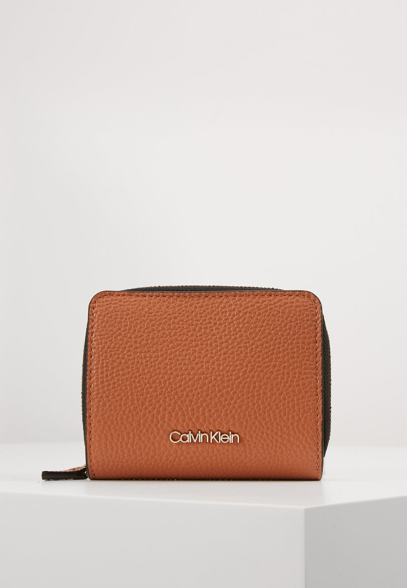 Calvin Klein - SIDED ZIPAROUND FLAP - Portemonnee - brown