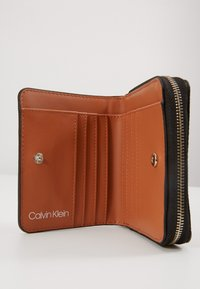 Calvin Klein - SIDED ZIPAROUND FLAP - Portemonnee - brown - 4