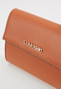 Calvin Klein - MUST TRIFOLD WALLET - Portemonnee - brown - 2