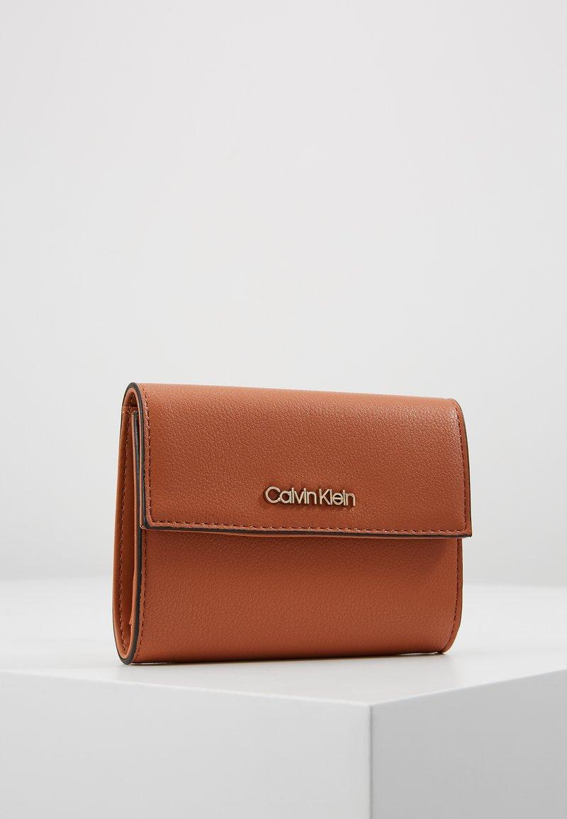 Calvin Klein - MUST TRIFOLD WALLET - Portemonnee - brown