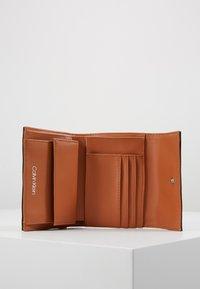 Calvin Klein - MUST TRIFOLD WALLET - Portemonnee - brown - 5