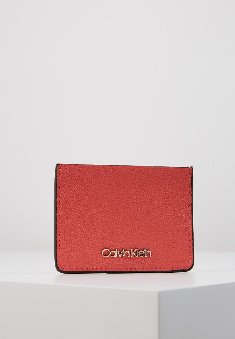 Calvin Klein - MUST CARDHOLDER - Peněženka - red