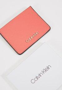 Calvin Klein - MUST CARDHOLDER - Peněženka - red - 2