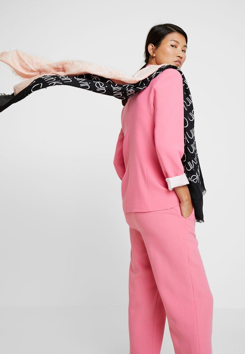 Calvin Klein - DRESSED UP LOGO SCARF - Šátek - black