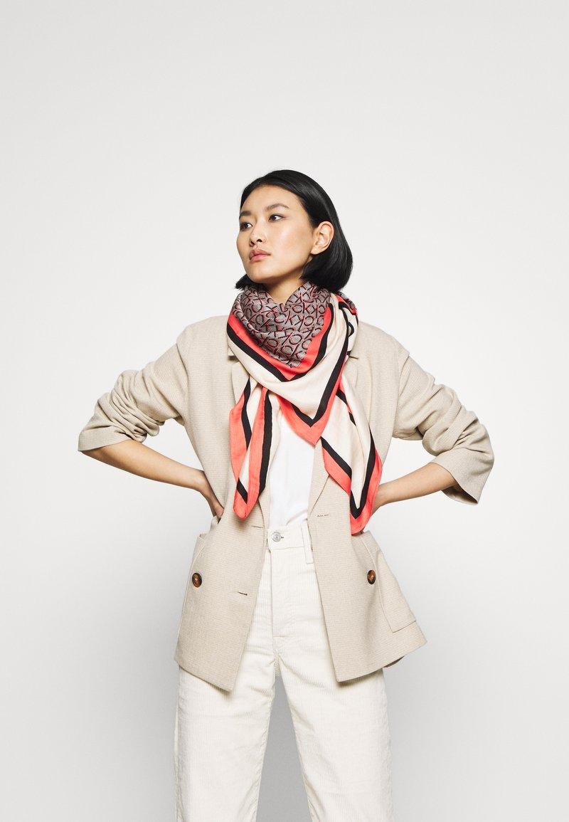 Calvin Klein - MONO SCARF - Tørklæde / Halstørklæder - red