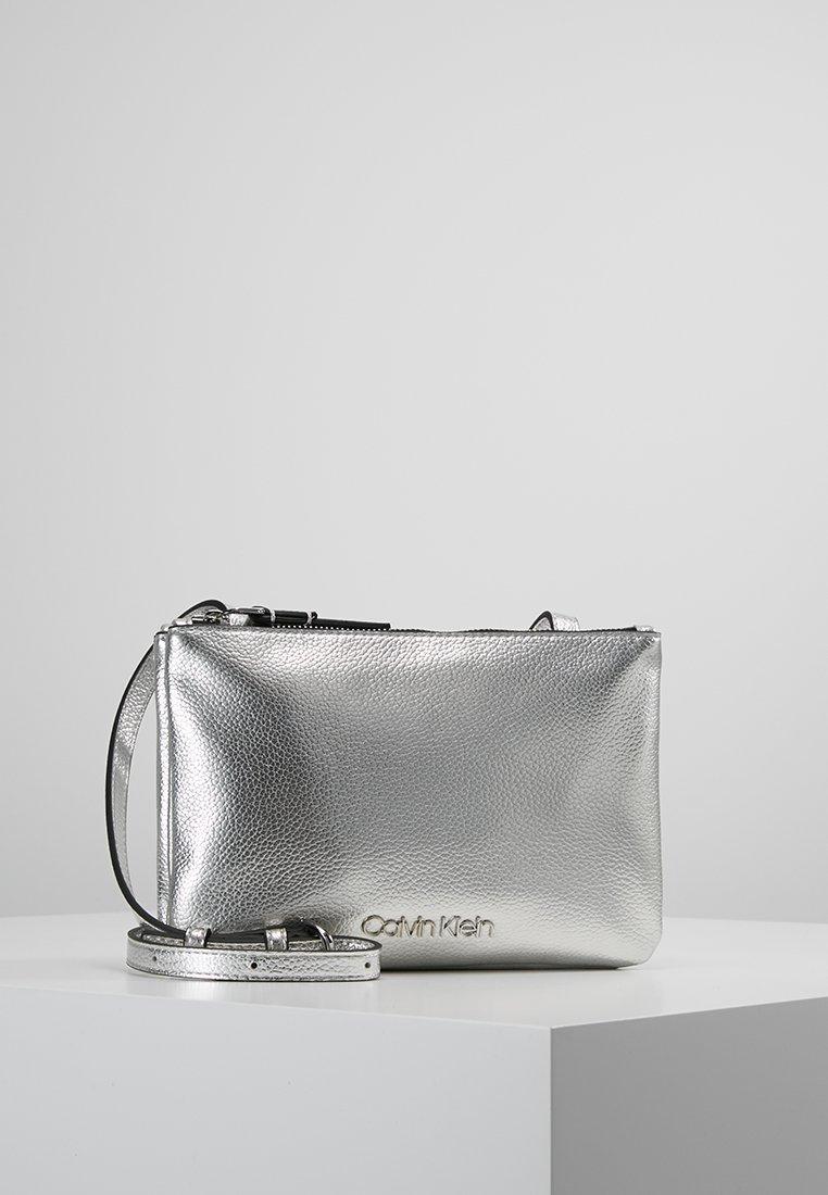 Calvin Klein - MUST CROSSBODY - Axelremsväska - grey