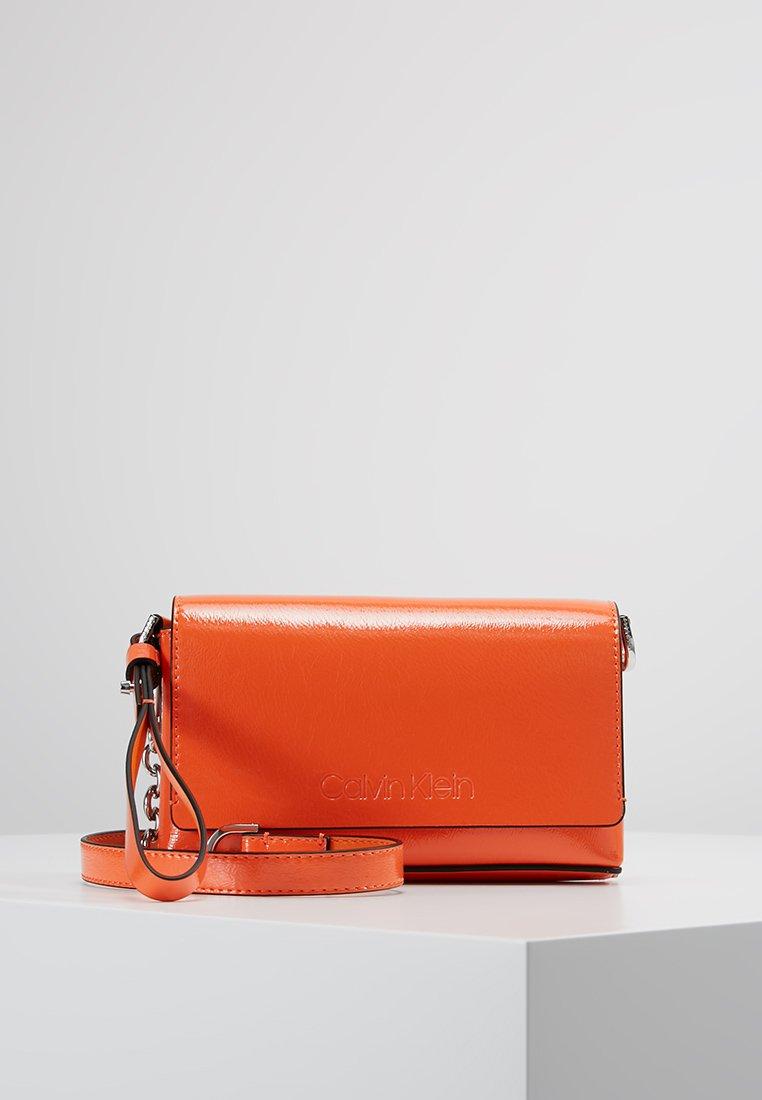 Calvin Klein - DRESSED UP POUCH ON CHAIN - Clutch - orange