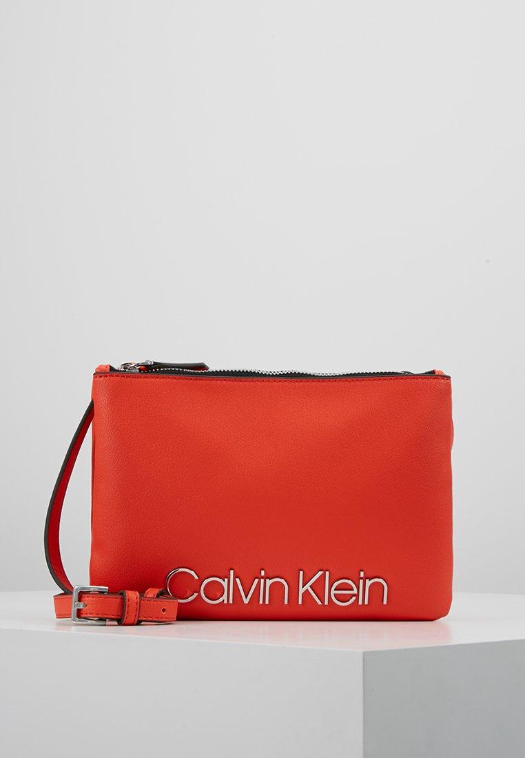 Calvin Klein - MUST CROSSOVER - Umhängetasche - orange