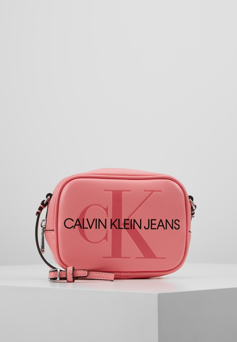 Calvin Klein Jeans - SCULPTED MONOGRAM CAMERA BAG - Torba na ramię - pink