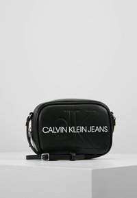 Calvin Klein Jeans - SCULPTED MONOGRAM CAMERA BAG - Umhängetasche - black - 0