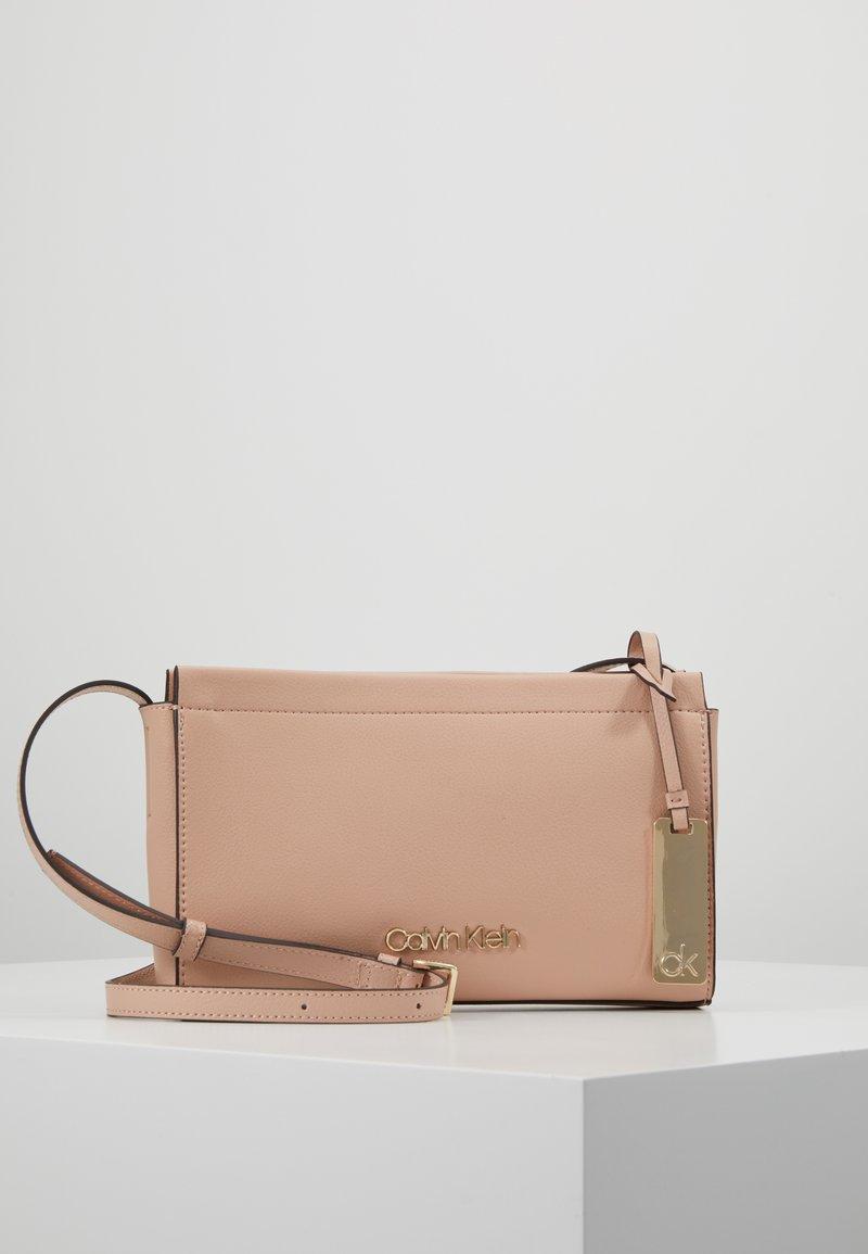 Calvin Klein - ENFOLD CROSSBODY - Skuldertasker - pink