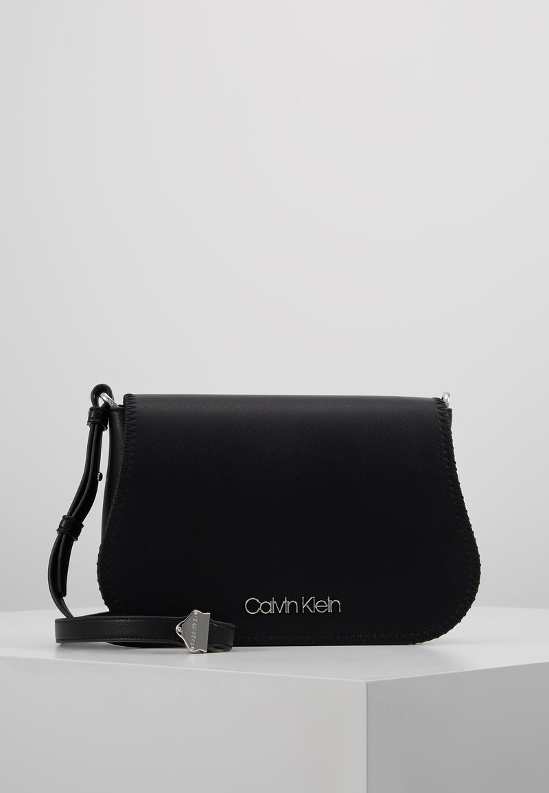 Calvin Klein - MELLOW SADDLE BAG - Sac bandoulière - black