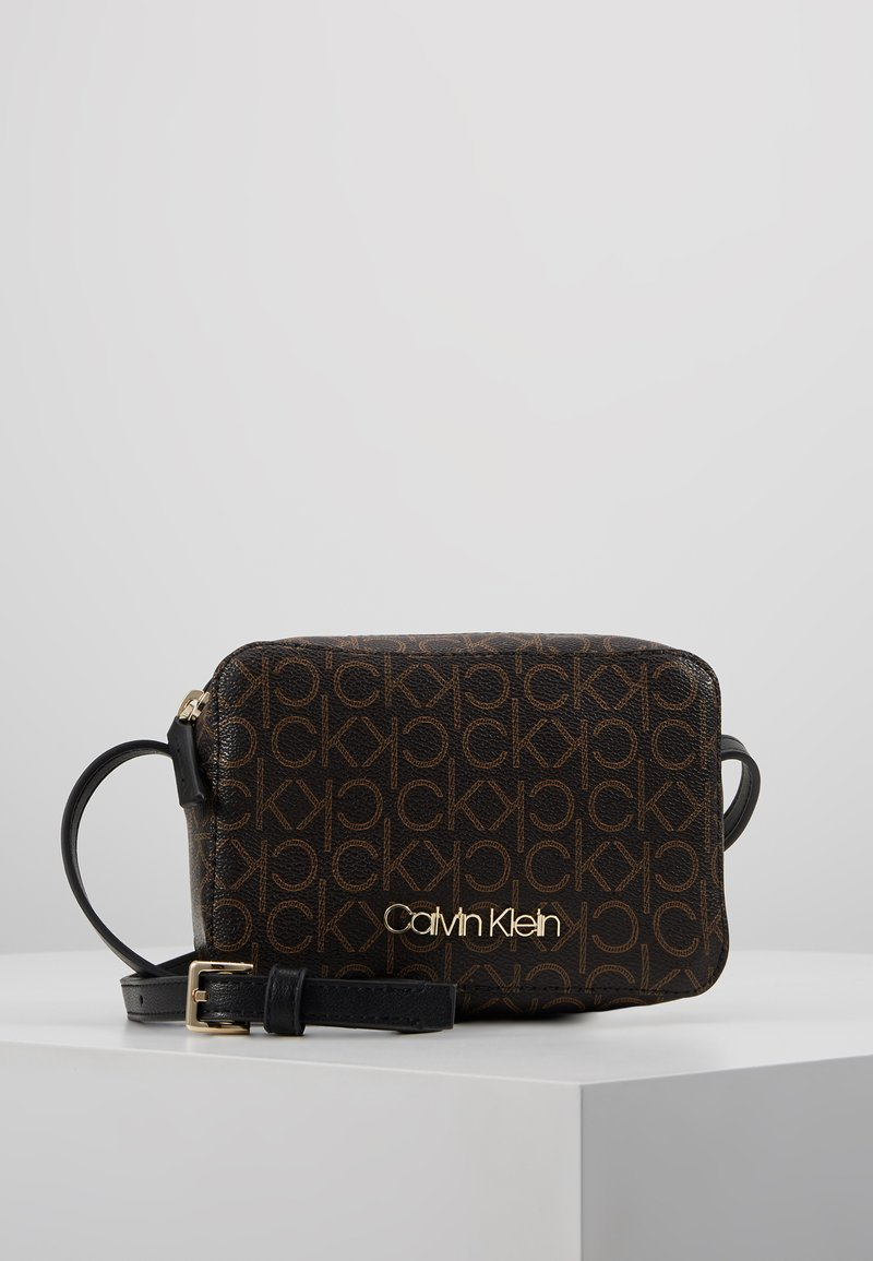 Calvin Klein - MUST CAMERABAG - Taška spříčným popruhem - brown