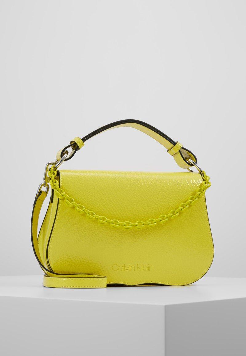 Calvin Klein - AMERICANA SHOULDER - Handtasche - yellow