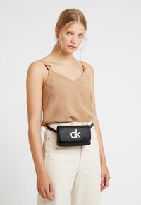 Calvin Klein - RE LOCK WAISTBAG - Ledvinka - black - 1