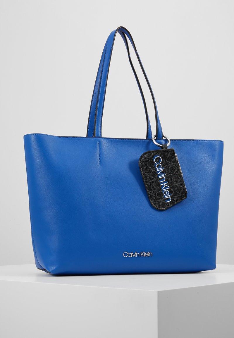 Calvin Klein - MUST SHOPPER SET - Håndtasker - blue