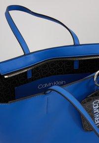 Calvin Klein - MUST SHOPPER SET - Kabelka - blue - 4