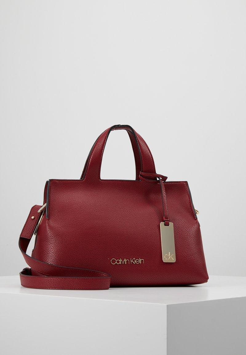Calvin Klein - NEAT MED TOTE - Sac à main - red