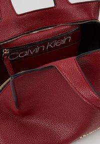 Calvin Klein - NEAT MED TOTE - Sac à main - red - 4