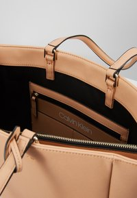 Calvin Klein - TASK - Velká kabelka - brown - 4