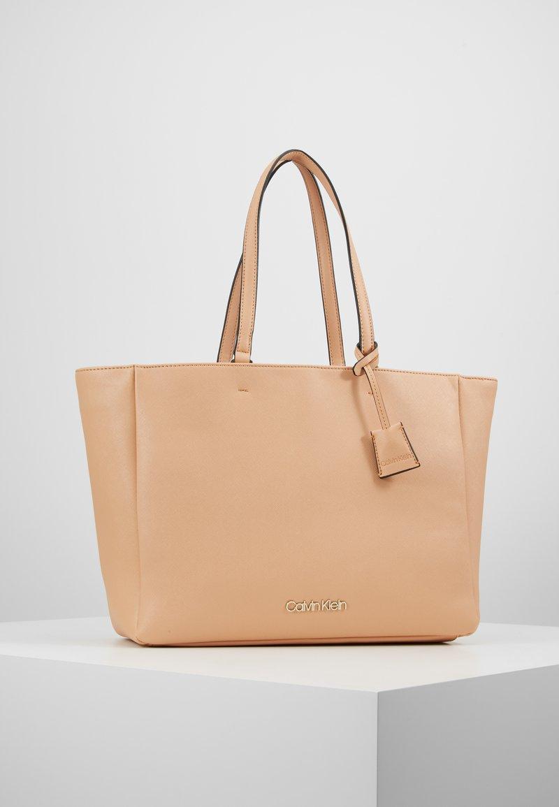 Calvin Klein - TASK - Velká kabelka - brown
