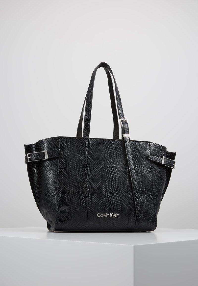 Calvin Klein - WINGED MED - Håndveske - black