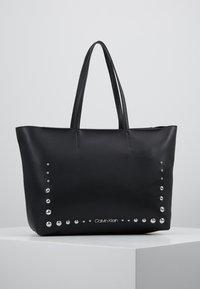 Calvin Klein - MUST MED - Håndveske - black - 0