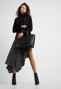 Calvin Klein - MUST MED - Håndveske - black - 1