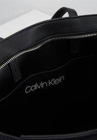 Calvin Klein - MUST MED - Håndveske - black - 4