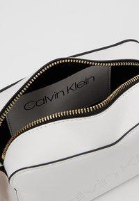 Calvin Klein - MUST CAMERABAG - Sac bandoulière - white - 4